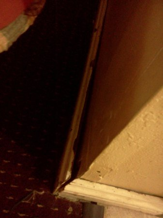 Antioch Quarters Inn & Suites: baseboard pulled away from wall