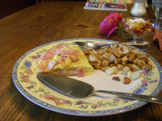 Su Casa Bed and Breakfast: Ham and cheese Omelet with potato hash
