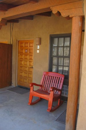 Abiquiu Inn: Nice place to sit outside our room