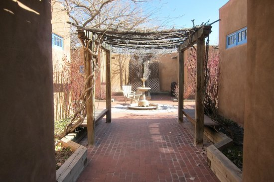 Abiquiu Inn: Court yard