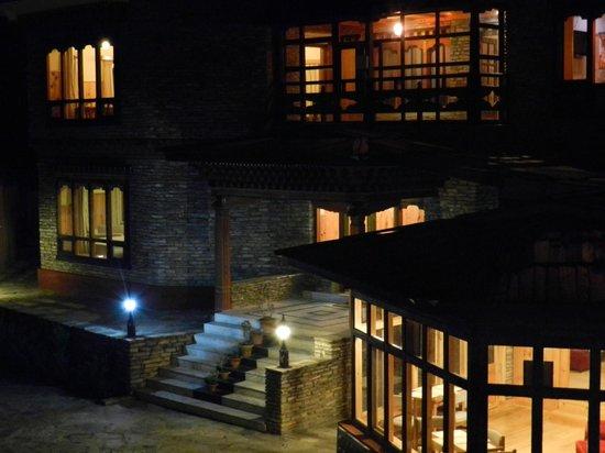 Tenzinling Resort: night view of hotel