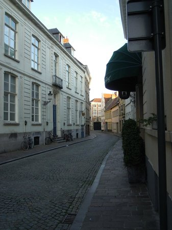 Hans Memling Hotel: Calle entrada hotel