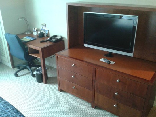 Penn Stater Conference Center: typical desk and flat screen tv.