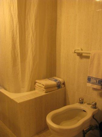 Hotel Sant Jordi: Baño