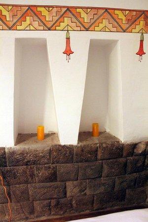 Unaytambo Hotel: Inca wall in bedroom