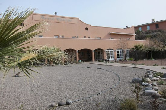 Sierra Grande Lodge & Spa: Above the arches is a patio for rooms on that side of the hotel