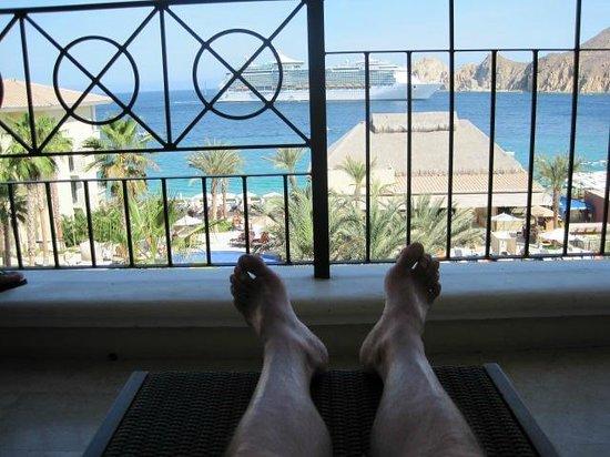Casa Dorada Los Cabos Resort & Spa : View of Casa Dorada palapa and Land's End behind the cruise ship