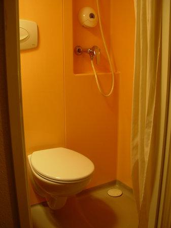 Premiere Classe Lille Centre: les toilettes et la douche