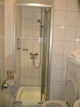 Ibis Styles Strasbourg Centre Gare: Tiny bathroom