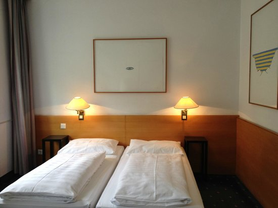 Hotel KUNSThof: Each bedroom has original art