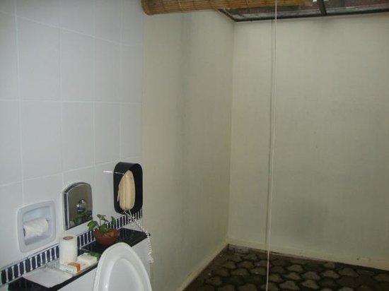 Abad Whispering Palms Lake Resort: bathroom