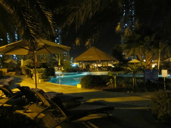 Sheraton Abu Dhabi Hotel & Resort: Pool at night