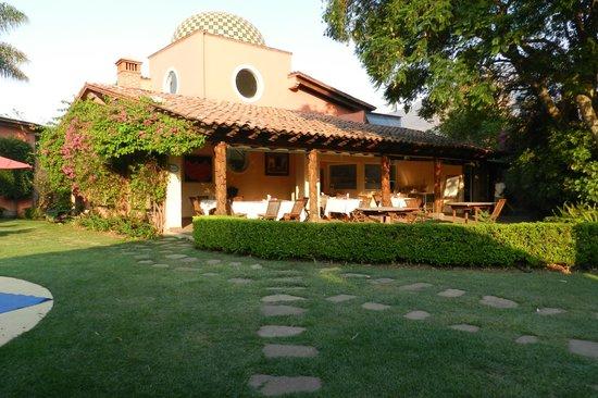 Las Cupulas Pequeno Gran Hotel: Vista del bar a la zona del restaurant en la mañana.