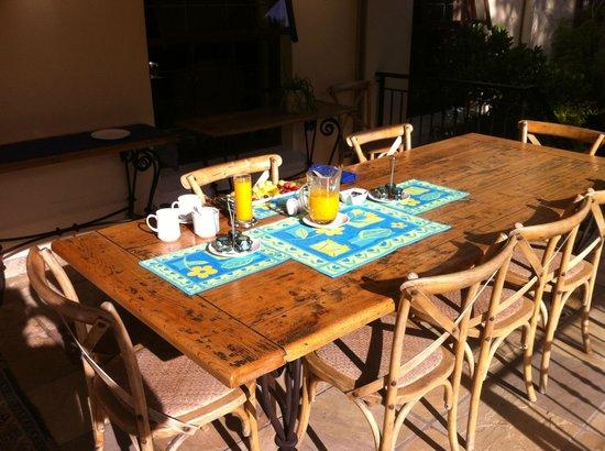 Blaauwheim Guest House: Breakfast Table outside