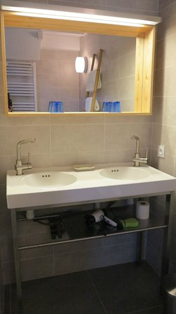 Les chambres du Cosquer: 2 sinks in the bathroom! Nice!