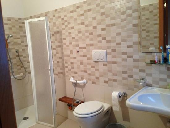 Sanitaire douche l 39 italienne picture of agriturismo galea riposto tripadvisor for Photo douche italienne
