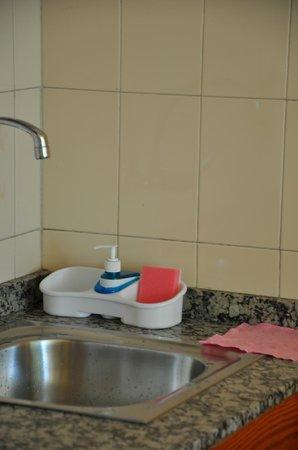 Apartamentos Las Dunas: На кухне есть моющее средство, губка, тряпочка