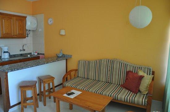 Apartamentos Las Dunas: Гостиная с кухонным уголком