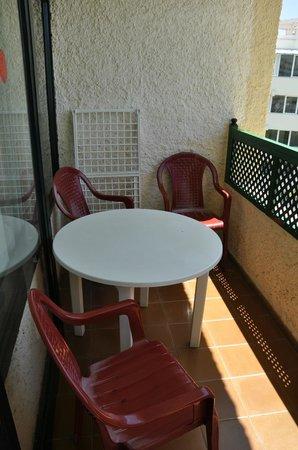 Apartamentos Las Dunas: Балкон со столиком и сушилкой