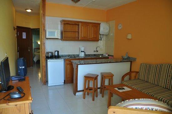 Apartamentos Las Dunas: Гостиная с кухней