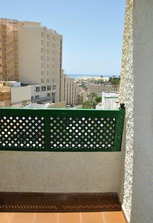 Apartamentos Las Dunas: Вид из номера на океан и соседние отели