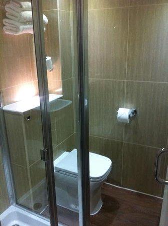 Chiswick Rooms : Lite bad, men utrolig smart! Fantastisk dusj med god trykk. Veldig rent å fint!:)