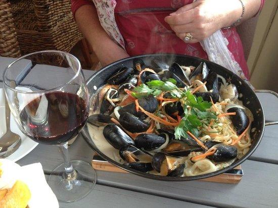 The Breaks Tolcarne Beach Bar & Kitchen : Seafood linguine in hot skillet