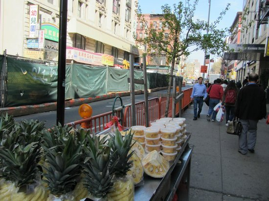 Best Western Bowery Hanbee Hotel: View of sidewalk on Grand Street right by hotel entrance