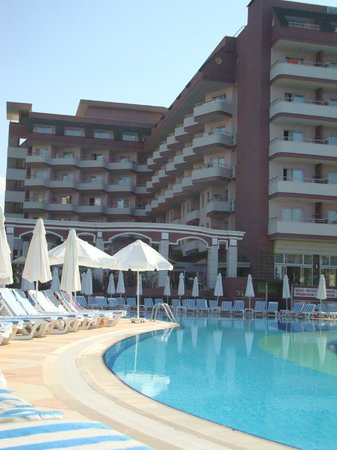 Holiday Garden Resort: Вид на отель со стороны бассейна