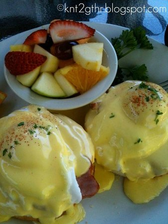Greenleaf Restaurant: Gluten Free Eggs Benedict with Fresh Fruit