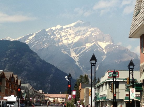 Mount Royal Hotel: Mountain overlooking Banff
