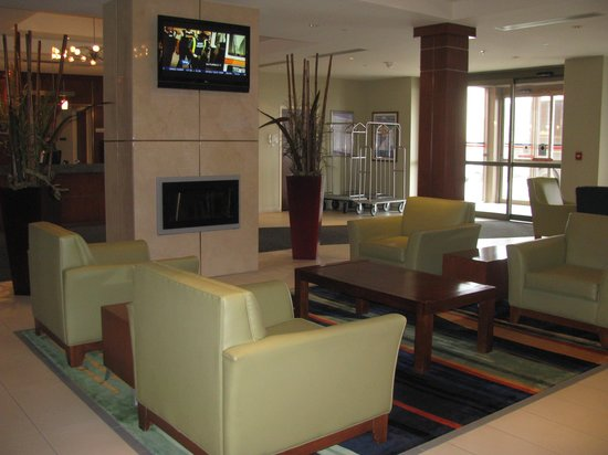 Fairfield Inn & Suites by Marriott Montreal Airport : Fauteuils confortable dans le lobby