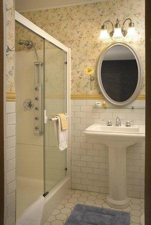 Franklin Victorian Bed & Breakfast: Master Bedroom Private Bath