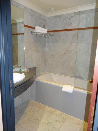 Holiday Inn Paris Versailles Bougival : Spacious bathroom