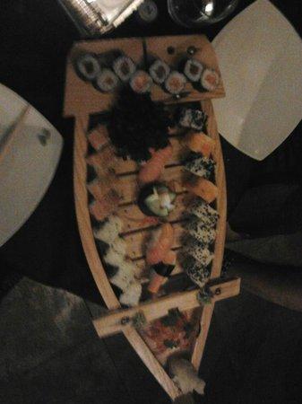 Moroboshi Siracusa: La barca si Sushi media (36 euro)