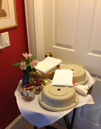 Oscar H. Hanson House Bed and Breakfast: Breakfast delivered to our room