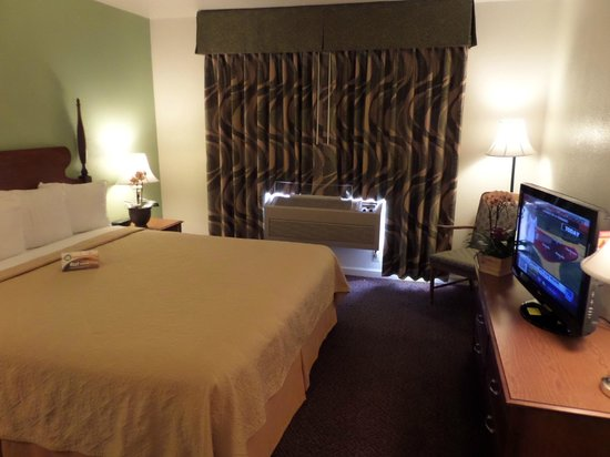 Quality Inn Tulare: Suite Bedroom
