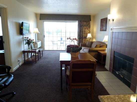 Quality Inn Tulare: Master Suite with Fire Place & Balcony
