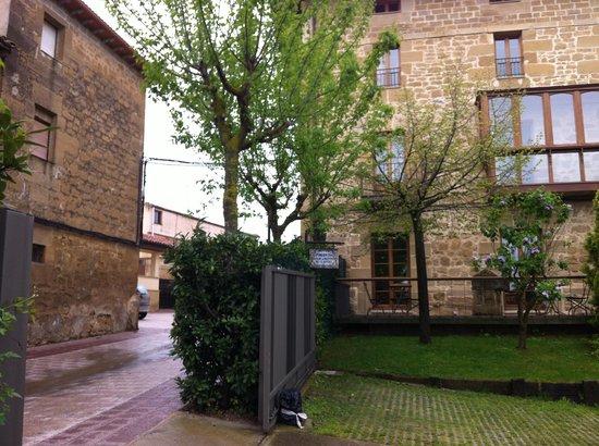 Solar de Febrer: Vista fachada y jardín del hotel
