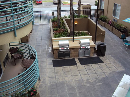 WorldMark San Diego - Mission Valley: Courtyard with communal barbeques