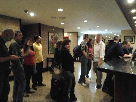 Barcelo San Jose: colapara el check in, habitaciones sin hacer a las seis de la tarde