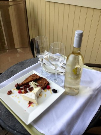 Mendocino Hotel and Garden Suites: Our complimentary wine & appetizers!
