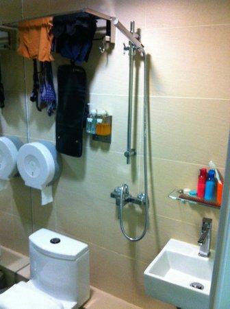 Homy Inn: the bathroom
