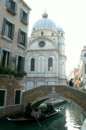Santa Maria dei Miracoli: 운하쪽에서 바라보는 후면부