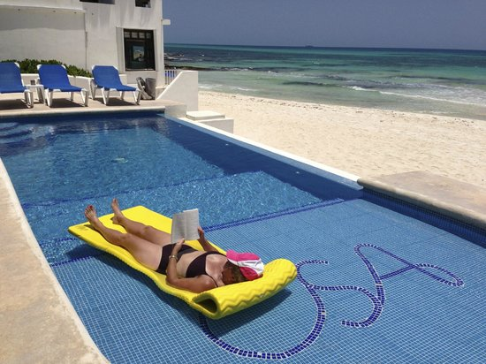 Hacienda del Secreto: infinity pool and beautiful white sand beach
