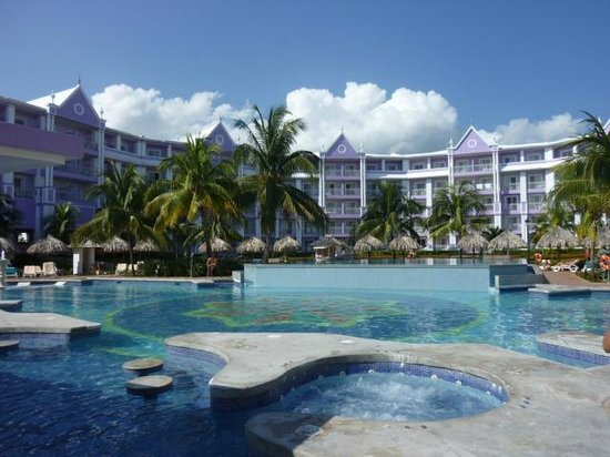 ClubHotel Riu Ocho Rios: Deluxe Side and the Pool