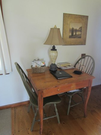 Hampton Maid: Desk/Dining area