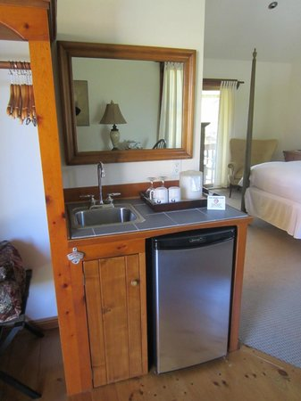 Hampton Maid: Wet bar and mini refrigerator