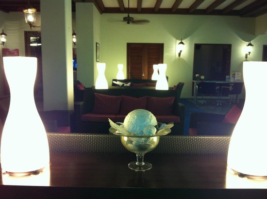 Avila Beach Hotel: Lobby at night - open air and nice breezes