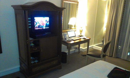 Hotel Gran Mahakam Jakarta: ancient furniture & TV system